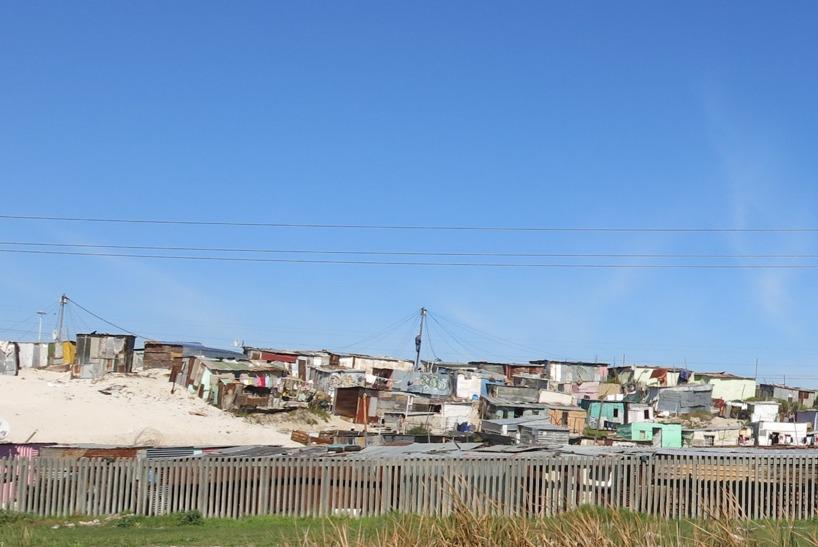 Sedan åkte vi mot Kapstaden och fattigdomen syntes efter vägarna på väg in i storstaden!