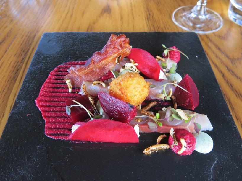Detta var första rätten. Snok paté med rödbetspuré, yellowtail fisk, bacon och örtcremé. Hur delikat som helst!