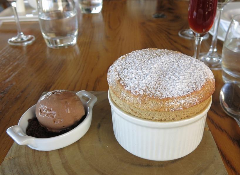 En fantastisk soufflé med choklad glass till. Första gången vi ätit denna underbara dessert och fler lär det bli! MUMMA!
