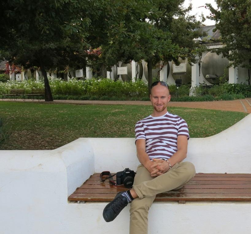 Här sitter Rasmus utanför dagens bästa vingård - Simonsig