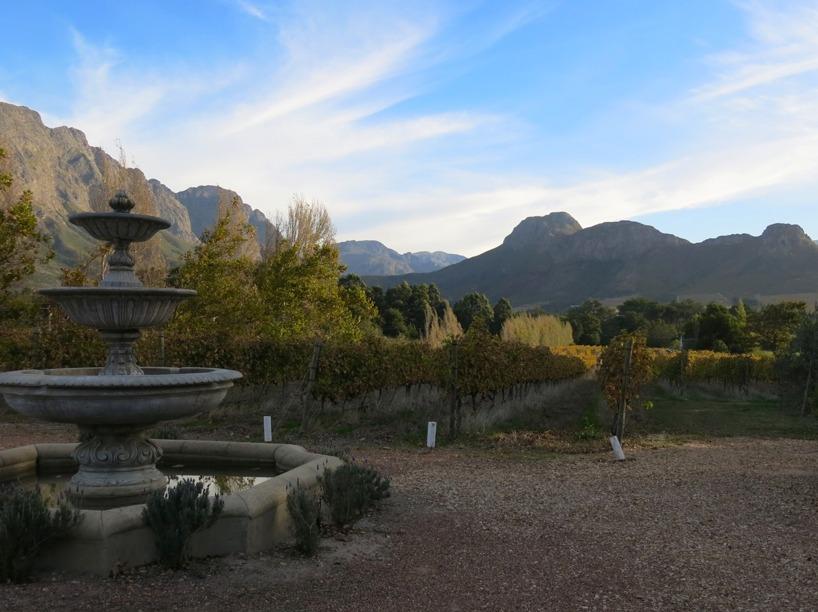 Här är utsikten från vår uteplats i stugan. Vi allihopa ville stanna för evigt i denna underbara miljö.