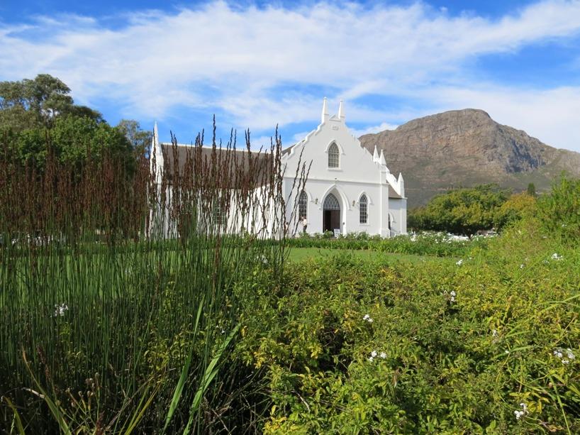 Franschhoeks lilla vackra kyrka mitt i byn. Små, söta och vita hus i samma stil som kyrkan finns överallt i byn. Hög mysfaktor i hela staden.