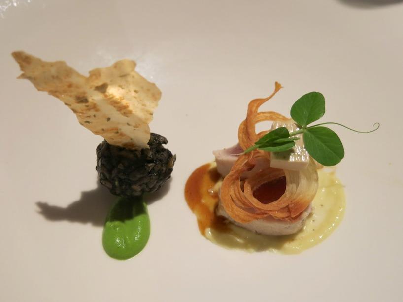 Sedan serverades sauterad tonfisk som var perfektion, tillsammans med äppelsås, wasabipuré och risotto