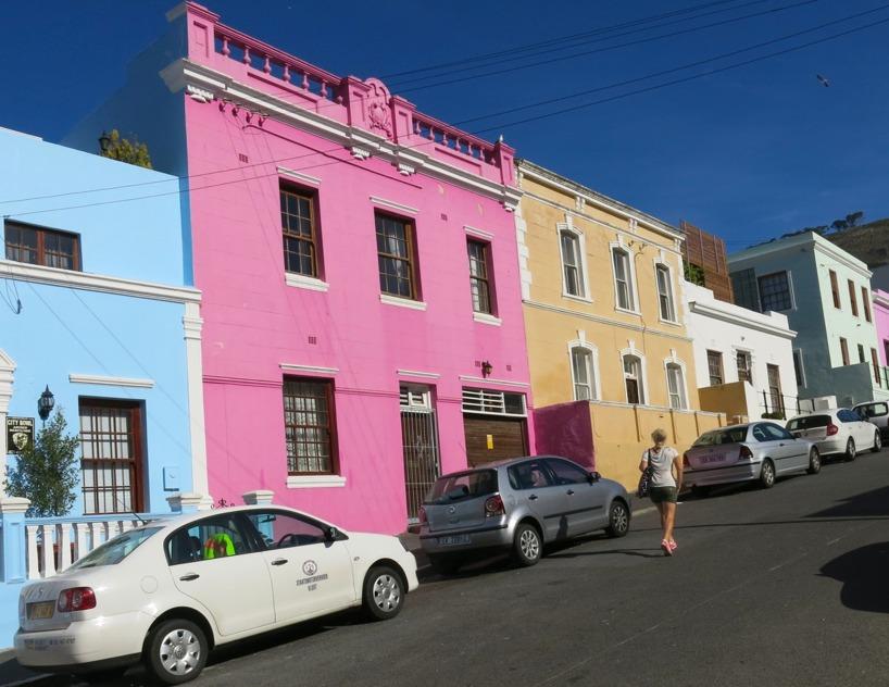 Bo Kaap vilket är ett område i Kapstaden som är målat i alla olika vackra färger! Men det är en historisk förklaring!