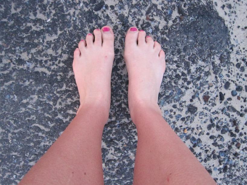"""På tal om sol, vad gillar ni denna """"bond""""-brännan? Likbleka fötter är väl snyggt? :)"""