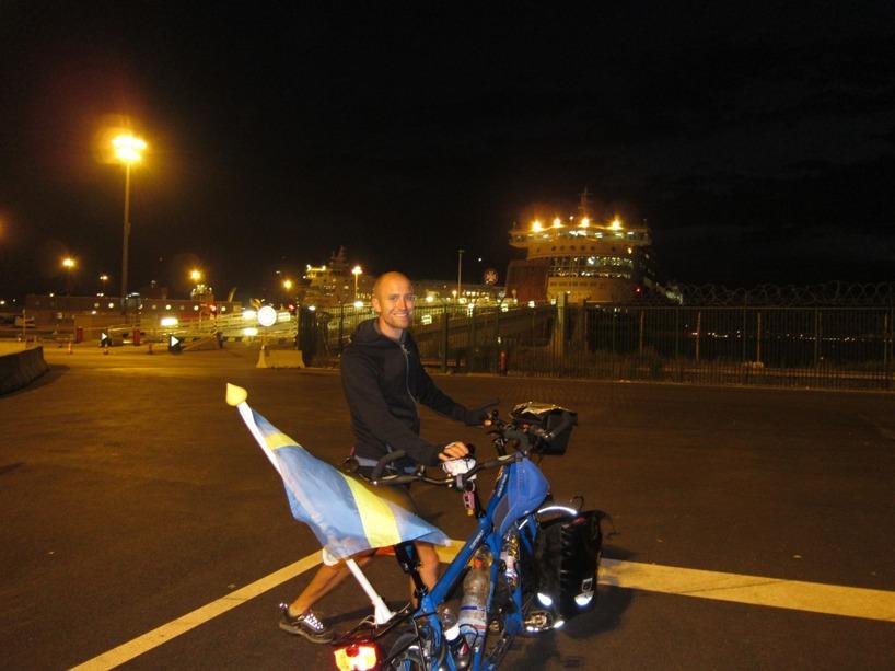 Här är vi i färd med att gå ombord på färjan till dover, England. 29 Euro för 2 vuxna med cykel får du betala för denna 2 timmar korta tur.