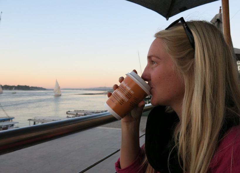 Vi firade med en kopp kaffe på McDonalds medan solen sjönk över sandvallarna på andra sidan Nilen...