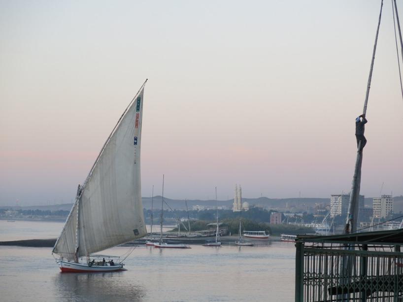 Precis som mannen i masten i bilden är det med lust och rädsla vi lämnar Egypten! Ses i Sudan!