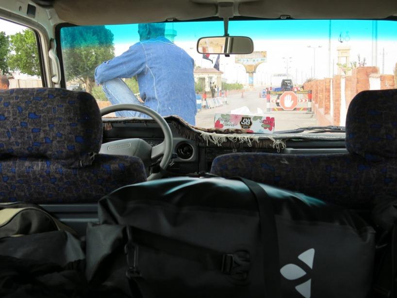 Här stod vi still vid den första av flera polis-checkpoints och vår förare gett upp att diskutera med poliserna om varför vi bör få komma förbi!