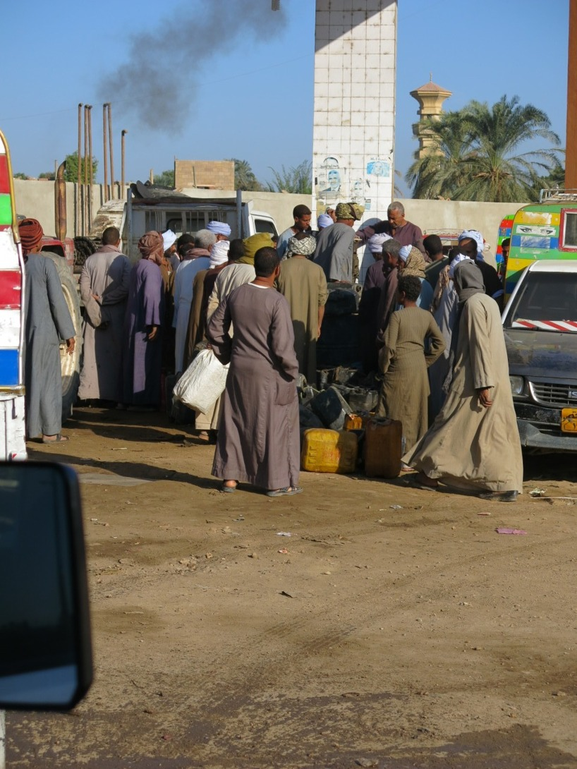 Väl inne på området och Ahmed springer runt för att hitta rätt person att prata med!