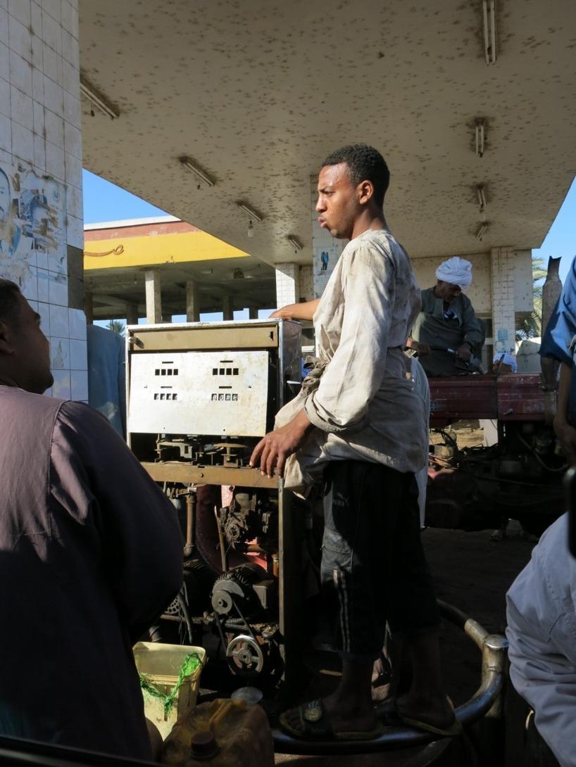 Framme vid pumpen, men det tog ytterligare en halvtimme innan vår tank stod på tur...
