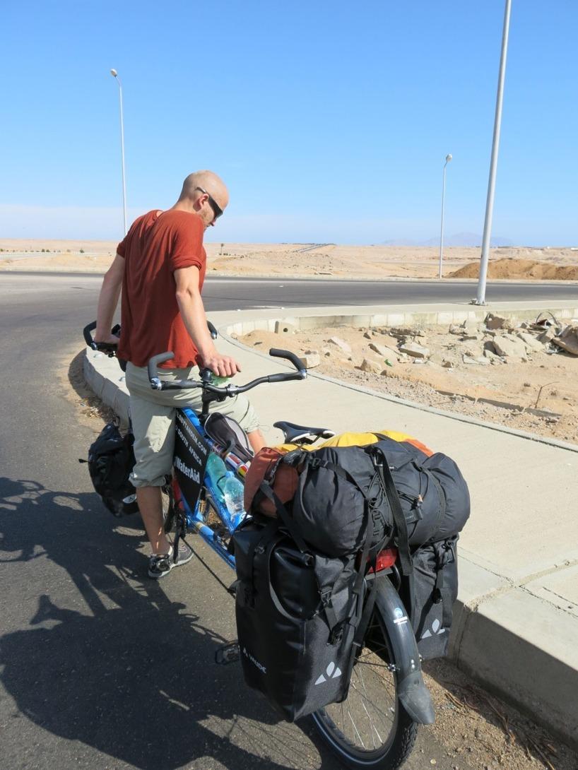 Testtur utan kärran, och Rasmus står och funderar efter en halvtimmes cykling...