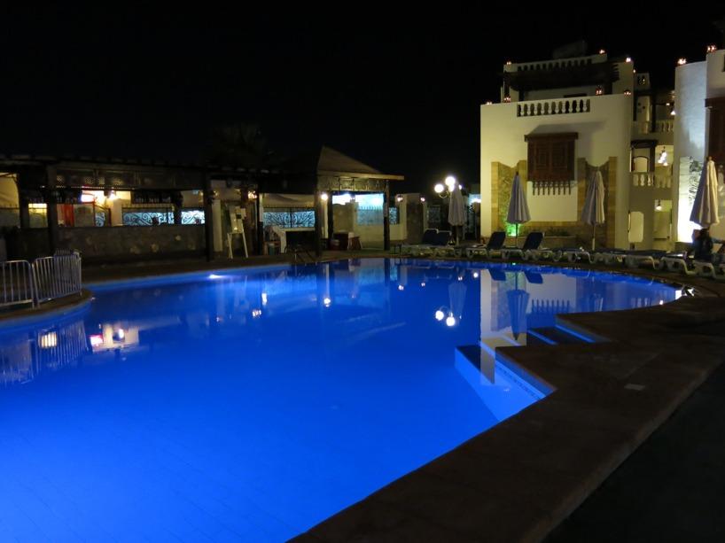 Så här mysigt har vi det på ett av de tre olika poolområdena på hotellet :)