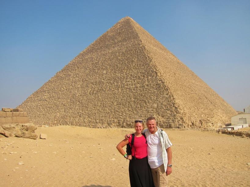 Sussie och hennes pappa Ingemar framför Cheops pyramiden