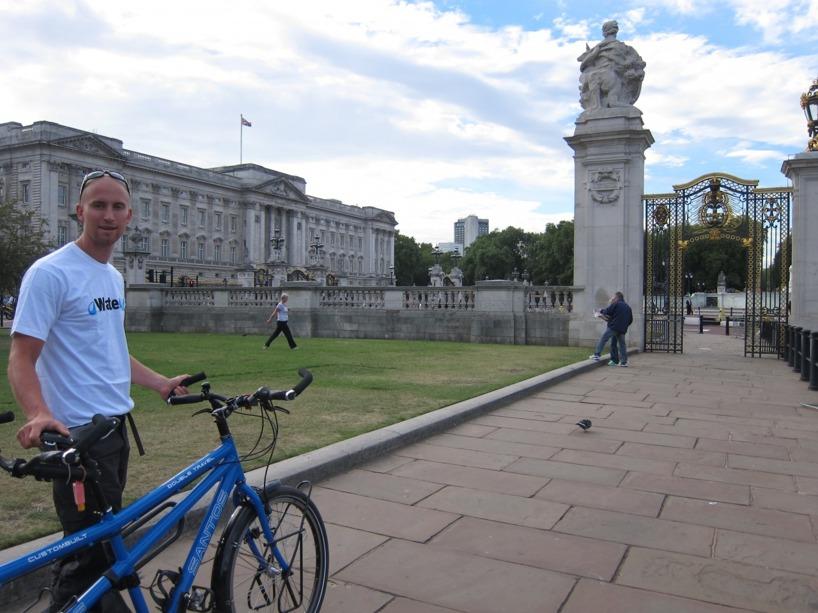 Turen gick förbi Buckingham med våra nya t-shirtar från WaterAid!