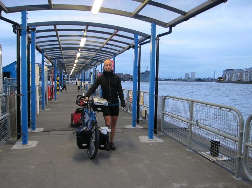 Framme vid färjeläget vid Themsen och några kilometer innan mål!