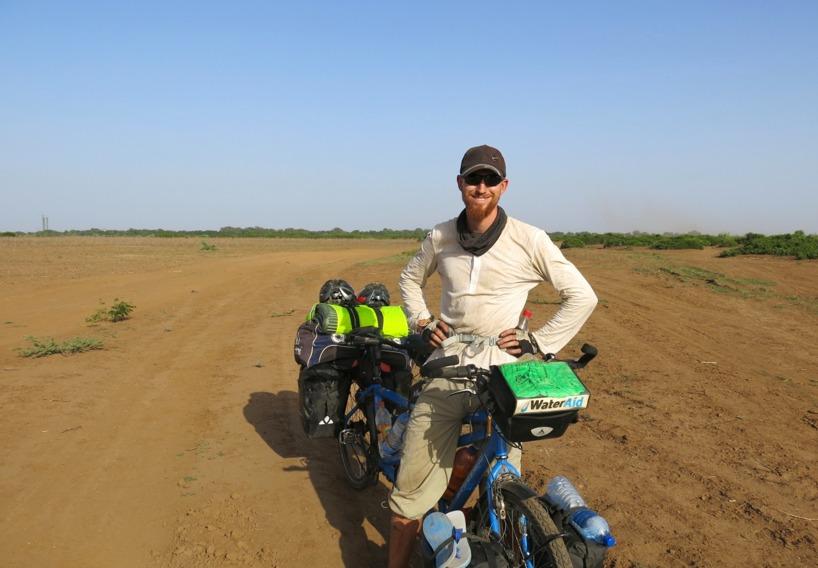 Att cykla på sandiga jordvägar på två smala däck med en last på 180kg tar på krafterna… Puuhhh!
