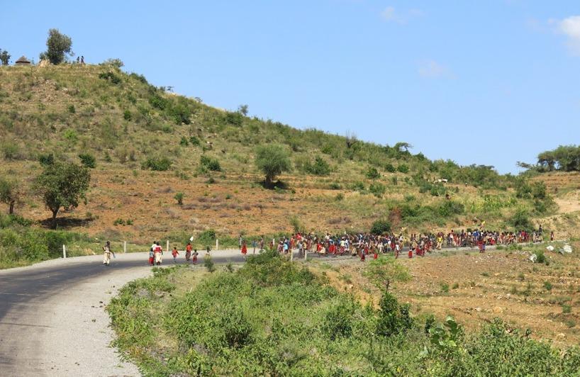 Här närmar vi oss folksamlingen som sprang längs vägen och sjöng på sitt stamspråk!