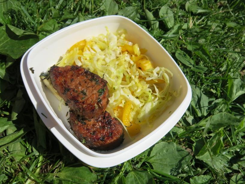 Sussies matlåda innehåller fläskkött och en vitkålssallad med gul paprika, örtkryddor och ekologisk olivolja. Zuccinin har hon redan ätit upp :)
