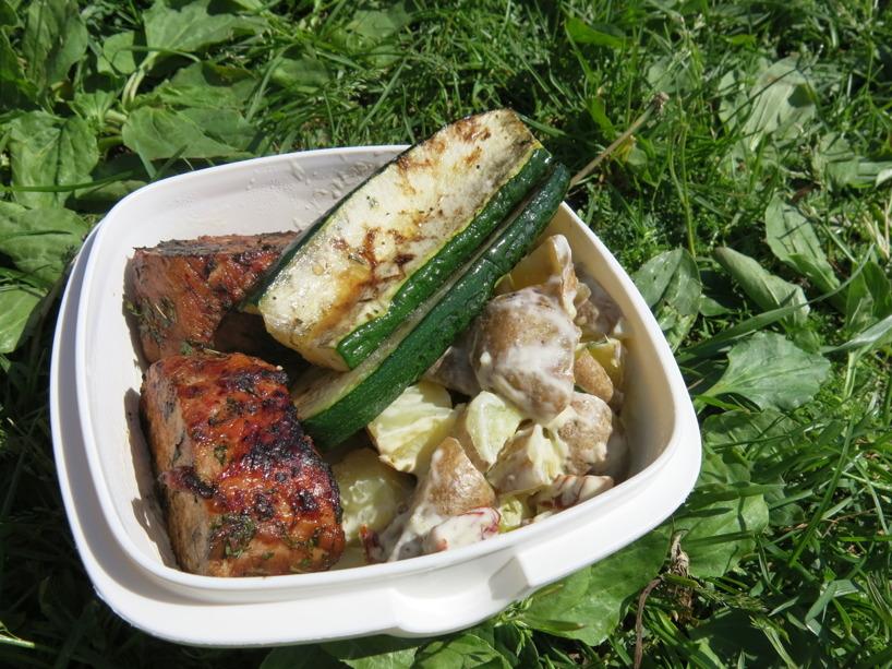 Rasmus matlåda innehåller en potatissallad med soltorkade tomater, vilök och basilika.