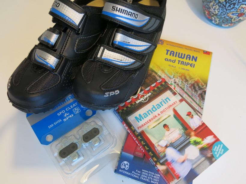Nya cykelskor, fästen och ordbok inköpt en vecka innan avresa!