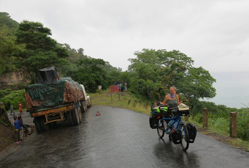 Nästa dag. Vi cyklade och klättrade upp ur Rift Valley i regn. En långtradare hade ställt sig på tvären och blockerade trafiken. Kanske hade bromsarna kärvat i den 10 gradiga lutning...