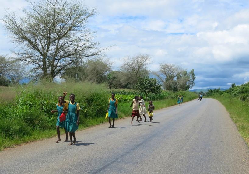 Glada barn som var på väg hem från skolan