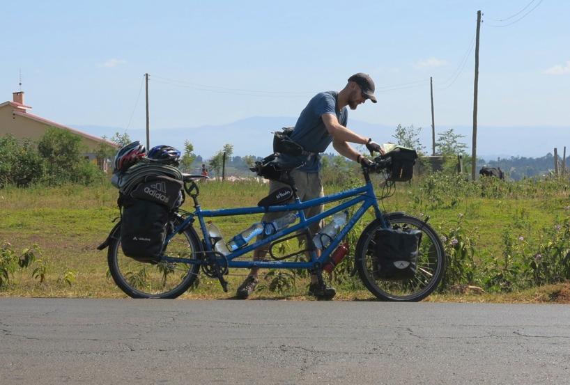 Rasmus går igenom cykeln och medan Sussie går loss med kameran...