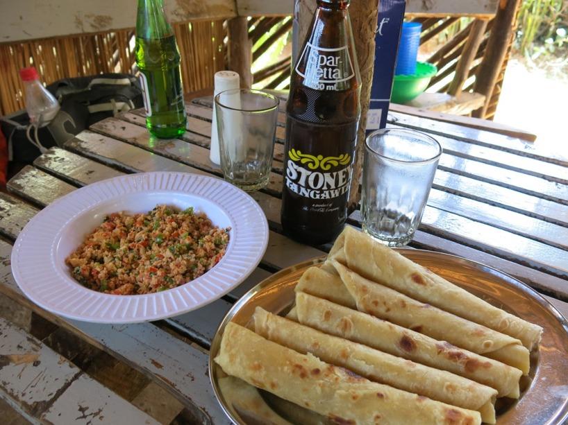 Såhär kan en lunch se. Brödet heter chapati och idag serverades det till äggröra med gränsaker!