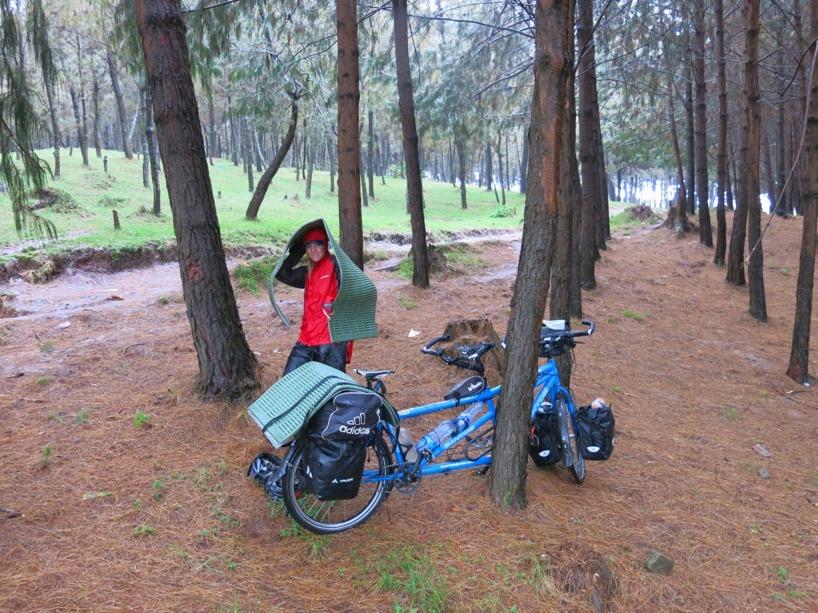 Till en början cyklade vi, men sedan tog vi skydd!