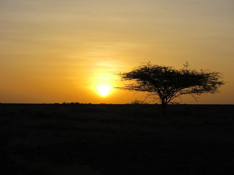 Solen gick ned över den torra terrängen