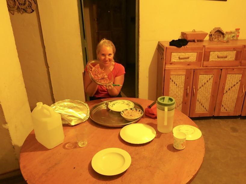 Här har vi fått middagen servererad. Pizza och grönsaker! Kan man ha mer tur