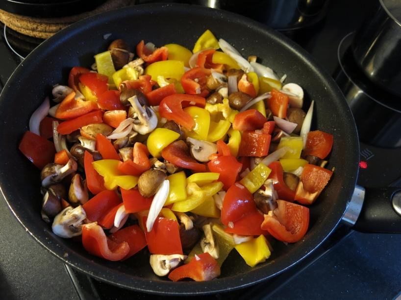 Ett typisk exempel på hur vi äter. 2-5 olika grönsaker, gärna i starka färger och kyckling, fisk eller ibland kött. När man vänjer sig av med smakförstärkare, socker och salt så känner man faktisk den rena smaken av råvarorna man använder. Speciellt om man steker i smör :)