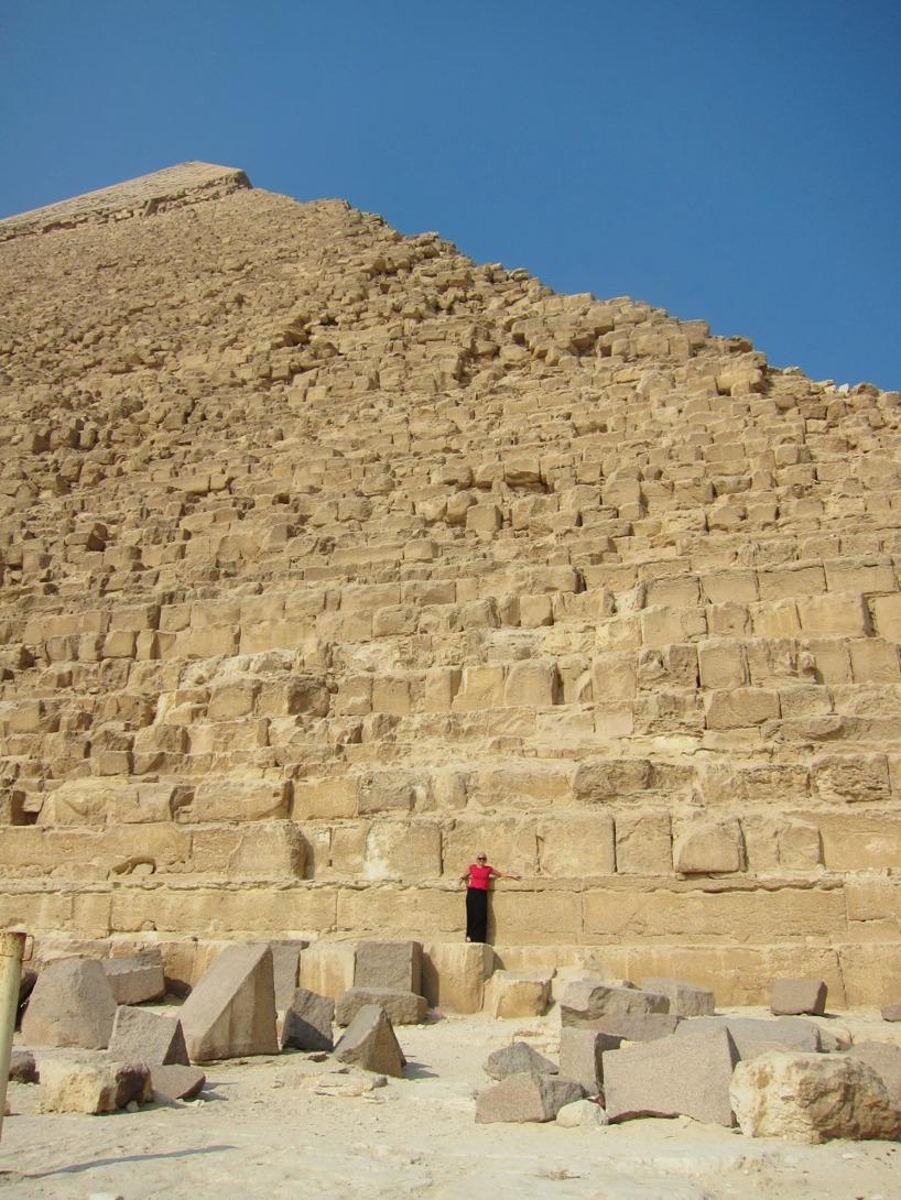 Märk väl hur liten Sussie är!! Stora grejer dessa pyramider. stenblocken i sig går till axlarna på Sussie...