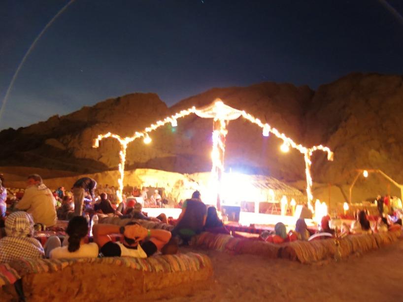 Här åt vi middag tillsammans med hundra andra turister, men vi hade det himla mysigt trots detta. Sen blev (jag) Sussie och svärmor jagade utav tre kameler, men det fick vi dessvärre inte på bild :)