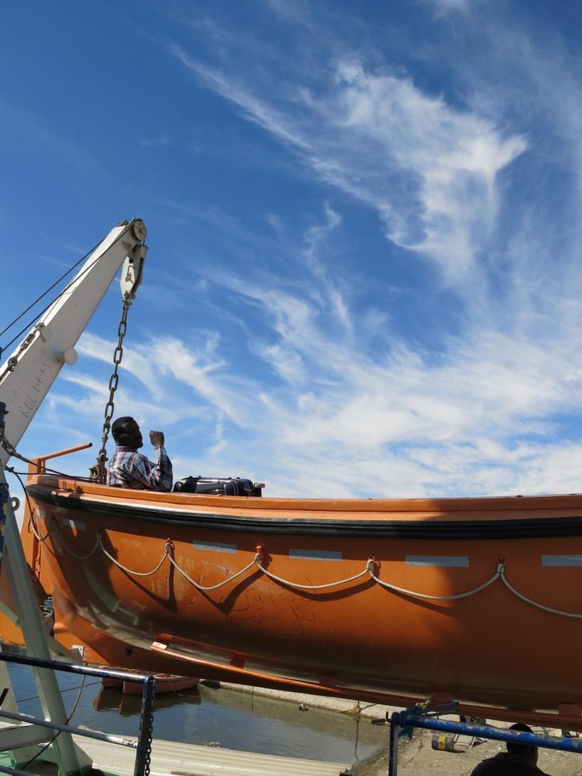 En man som tagit plats i en av livbåtarna =)