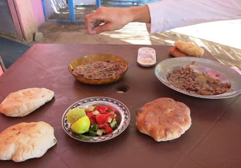 Vi valde att cykla ner i byn Delgo där vi fann lite god mat!