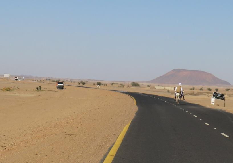 Vi älskar se åsnorna passera på vägen med en Sudanes på ryggen och inte en enda turist på flera mils avstånd! Genuint!