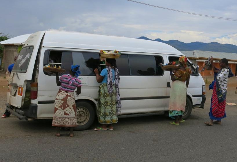 Man får ta tillfället i akt när en Dala dala stannar och lämnar av en passagerare!