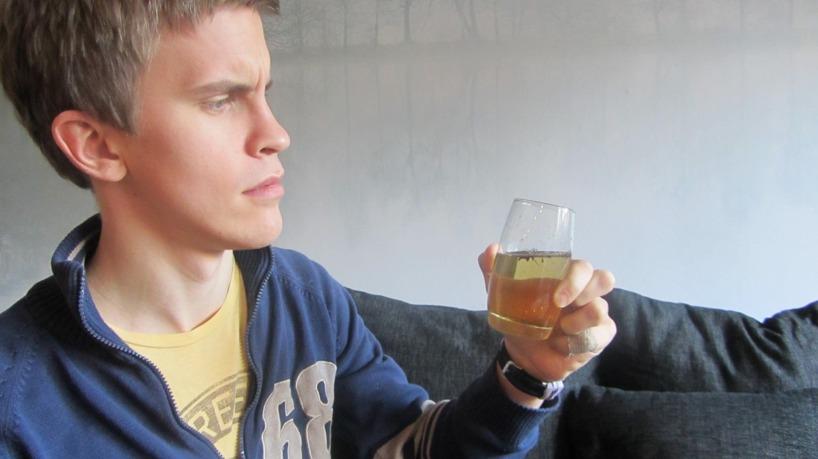 Pontus har fortfarande tid att laga frukost och dricka sitt kaffe. Dock är han inte så förtjust att dricka vattnet som de hämtat i ån! Det är lite väl brunt!