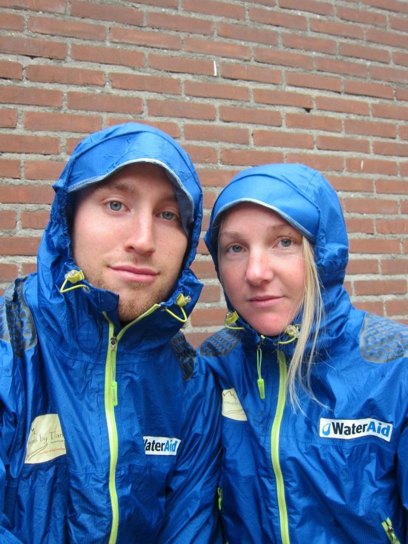 Vi vaknande upp med ljudet av regn mot tältduken och vind som fick taken att nästan lyfta :(