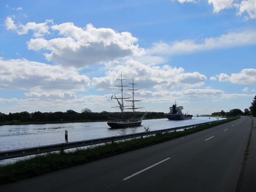 När vi cyklade efter NOrd-Otsee kanalen passerade vi massvis av fartyg