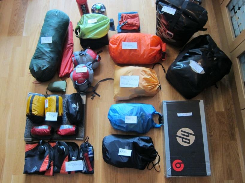 Detta är hela vår packning.  Klicka på bilden för att se den större och läs de små lapparna för att veta vad som är vad. Det är tält, liggerunderlag, sovsäck, vattenpåsar, vattenrenare, kök, gas, slangar och lagningsgrejer, hygien, diabetesmedicin, annan medicin och första hjälpen, handuk, elektronik och våra kläder och skor finns i de svarta väskorna som rymmer 14liter var.