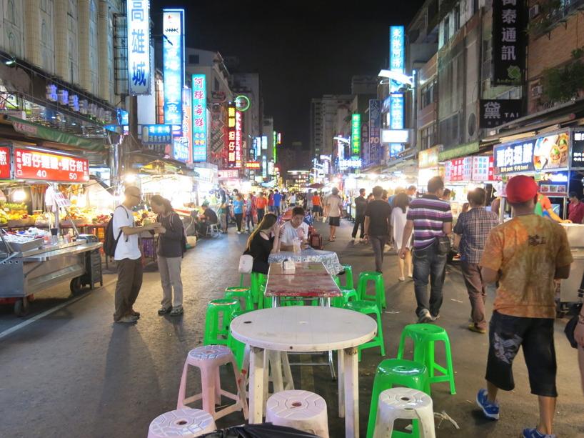 En bred gata med bord i mitten, varje nattmarknad ser annorlunda ut.