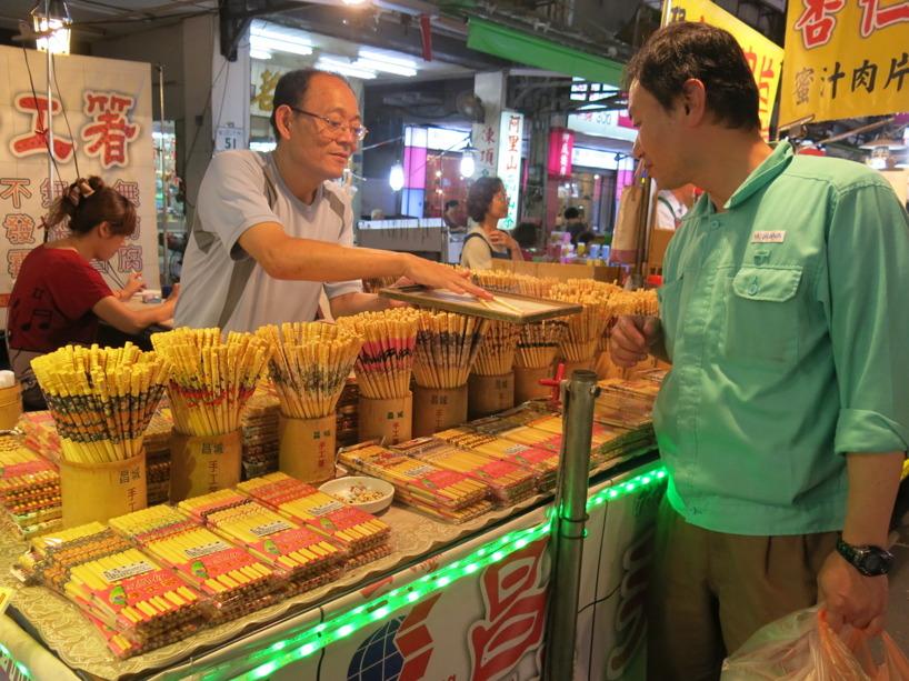 Att välja ätpinnar är ingen enkel sak. Kunden kollar noggrant hur de rullar på brickan, känns i handen och sedan plockas små bönor ur en skål för att se att de är greppvänliga!