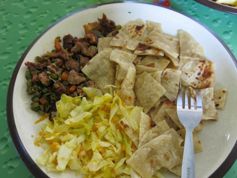 Till lunch serverades chapati, kål och kött!