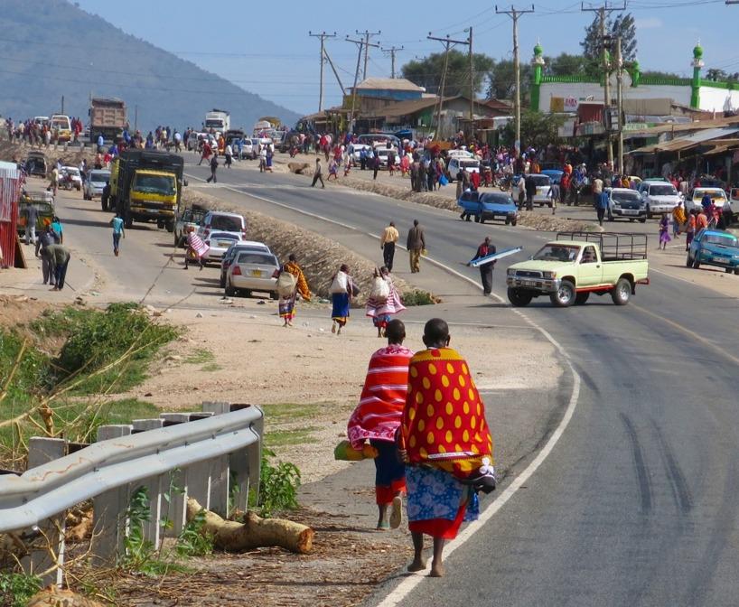 Såhär kan det se ut när man cyklar in i en by! Vägen är inte bara till för bilar =)