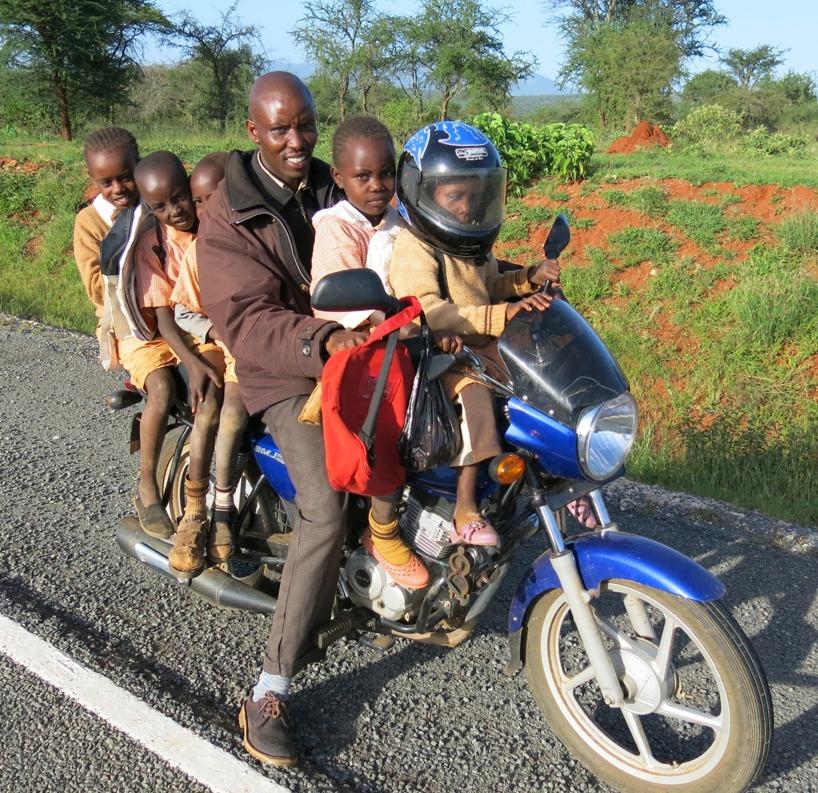 Denne mannen for förbi oss med sina 5 barn som gått i skolan! Charmigt!