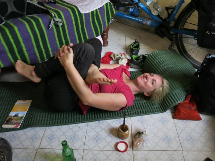 Sussie stretchar efter 165 km i sadeln på golvet i vårt billiga boende för natten!