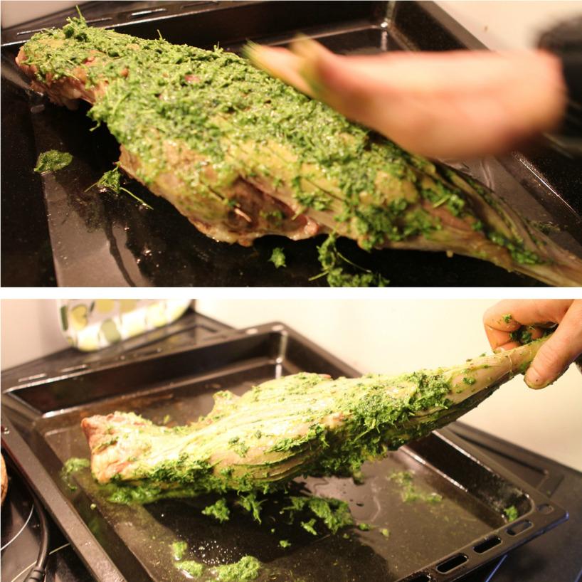 Marinering av lammlåret med de underbara färska kryddorna!